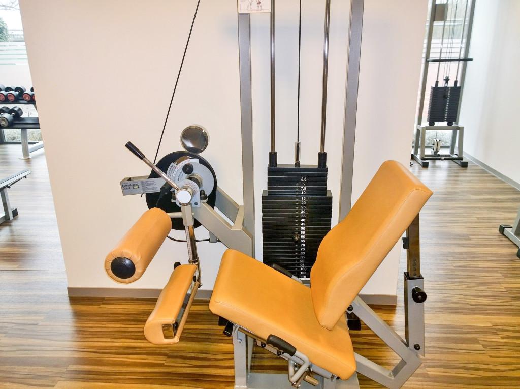 Revalidatie apparatuur Technogym ''Leg Curl'' voor revalidatie fitnessprogramma's bij Fitness de Bataaf in Den Haag.