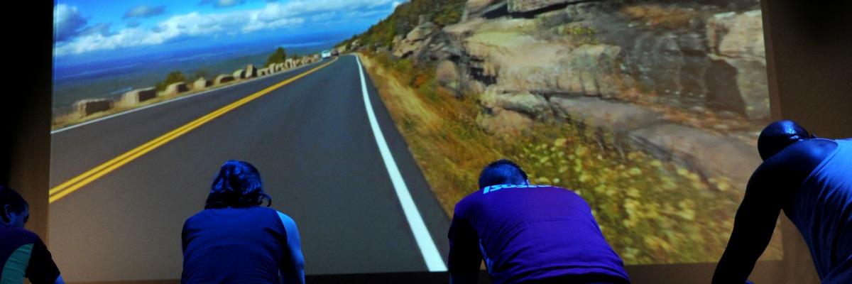 IndoorCycling in Den Haag op groot scherm bij Fitness de Bataaf - Sportschool Den Haag.